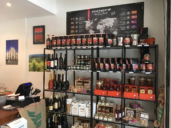 Café italien pour toutes les machines, miel, noisettes et crème gianduja, biscuits et cantucci, Panettone. Vin rouge, blanc et Prosecco DOCG