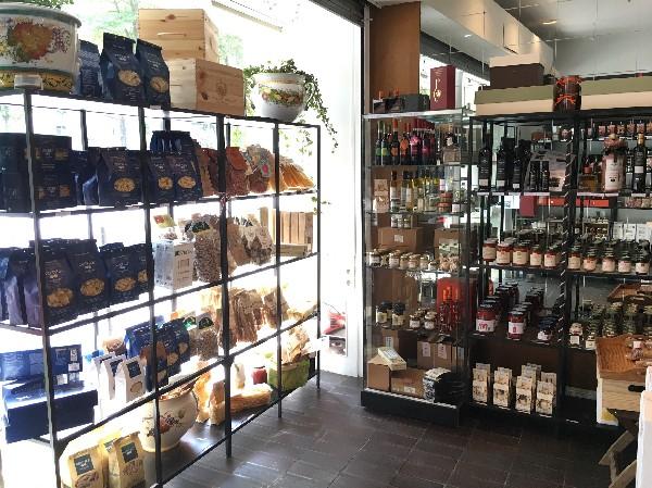 P&acirc;tes au bl&eacute; dur, trafil&eacute;es au bronze, sech&eacute;es lentement.<br /> Riz &agrave; risotto, sauce tomate, rag&ugrave; de viande, pesto, huile d&#039;olive vierge extra de Toscane et Sardeigne, Vinaigre balsamique AOP et condiment balsamique, Truffe (huile, sauce, p&acirc;tes), produits sans gluten