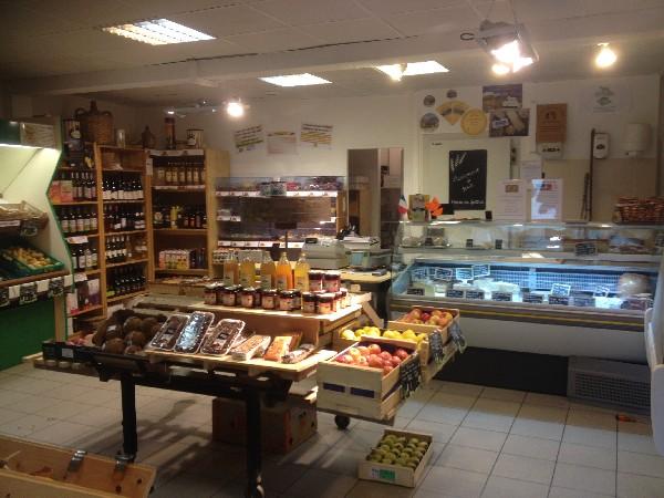 Le Panier du Facteur<br /> &Icirc;lot central avec fruits locaux, jus de fruits et confitures artisanaux et locaux<br />